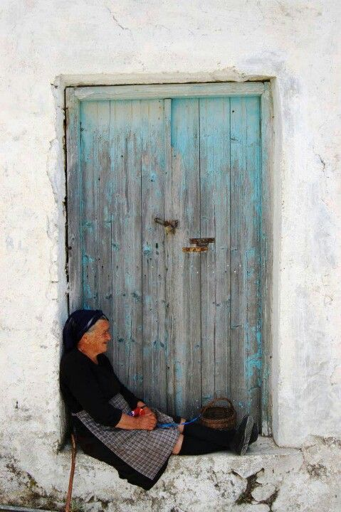 femme porte bleu via Pinterest DR